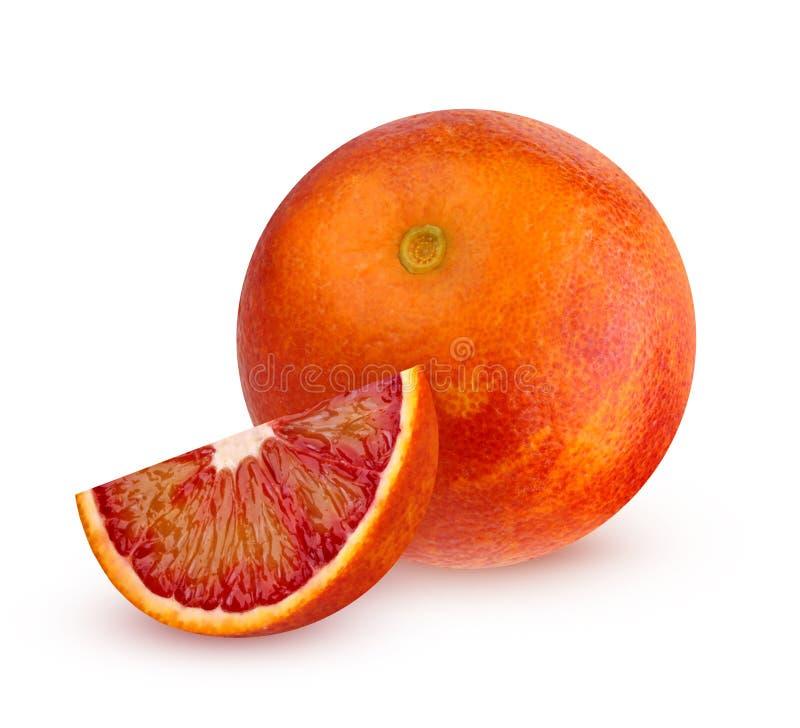 Jeden krwista czerwona pomarańcze z kawałkiem na białym tle zdjęcie stock