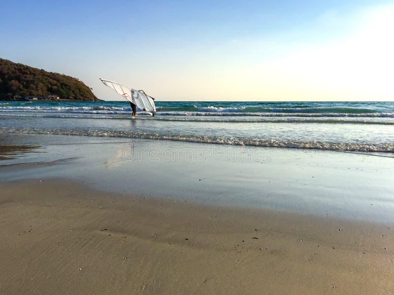 Jeden mężczyzna z windsurf zdjęcia royalty free