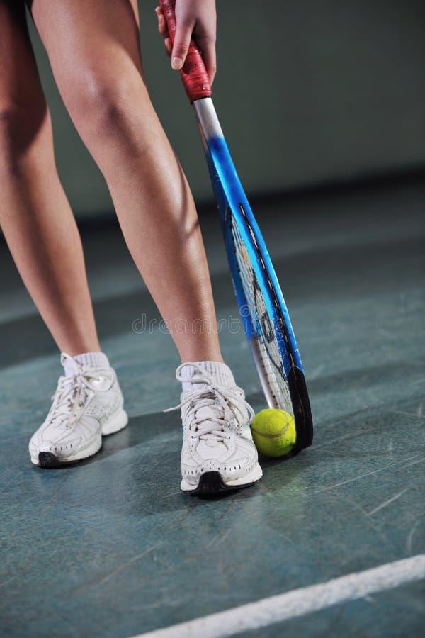Jeden młodej kobiety sztuka tenis obraz royalty free