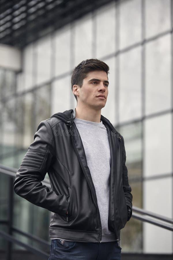 jeden młody przystojny mężczyzna pozuje outdoors, przypadkowi ubrania zdjęcia royalty free