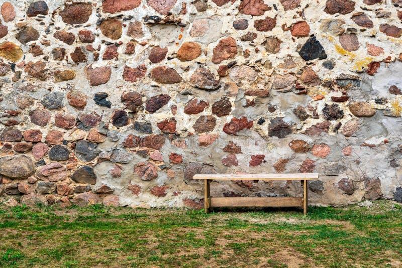 Jeden mała ławka przeciw tłu kamienna ściana obraz stock