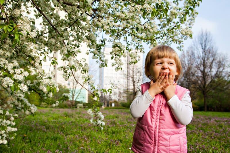 Jeden mała dziewczynka ziewa blisko drzewa obrazy royalty free