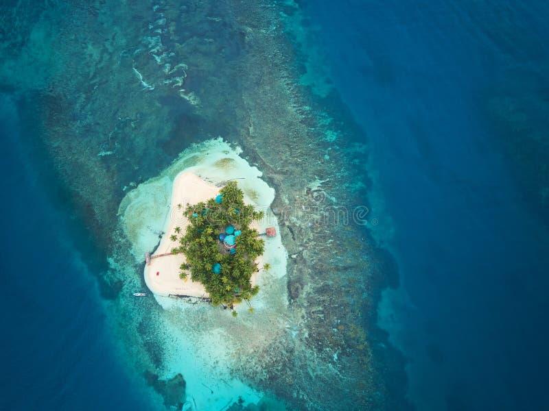 Jeden mała tropikalna wyspa obrazy royalty free