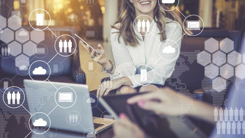 Jeden na jednego spotkanie Kobiety smartphone i cyfrową pastylkę w ich rękach Wirtualne ikony z chmurami, ludzie, gadżety zdjęcia stock