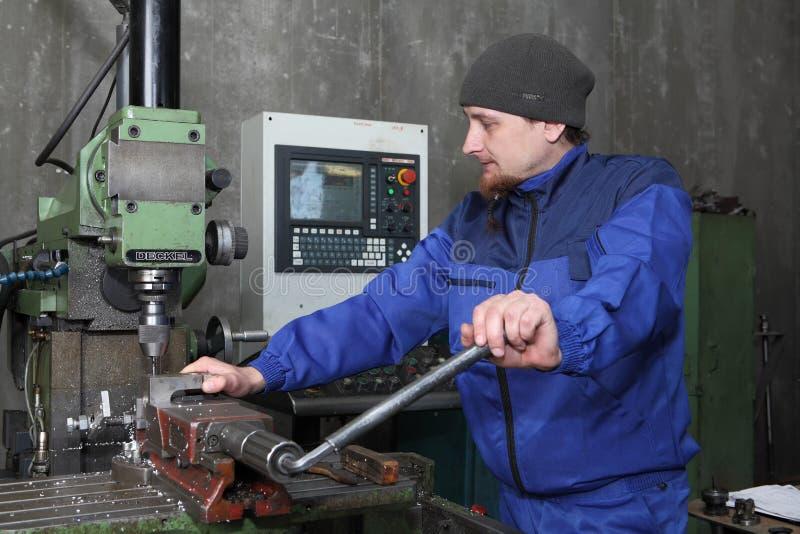 Jeden operator mielenie maszyna załatwia część na ramie obraz stock
