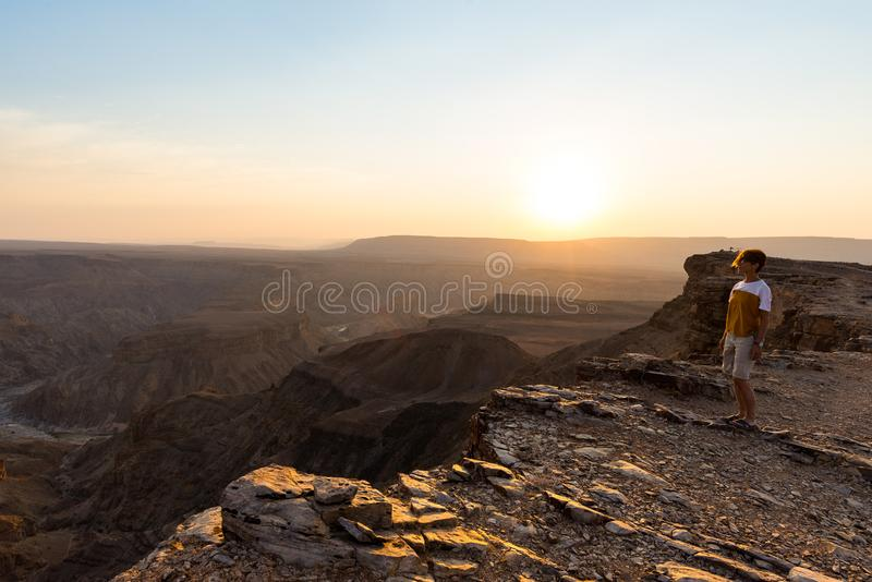 Jeden osoba patrzeje Rybiego Rzecznego jar, sceniczny podróży miejsce przeznaczenia w Południowym Namibia Ekspansywny widok przy  fotografia royalty free