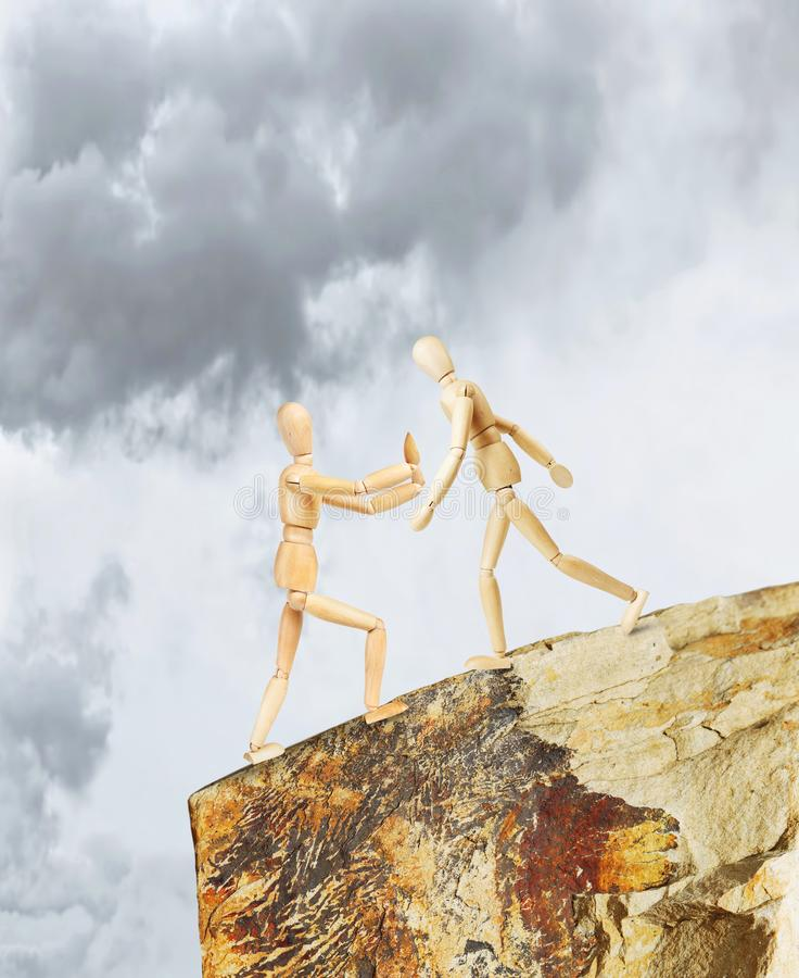 Jeden osoba utrzymuje inny od spadać w bezdenność ratunek zdjęcie royalty free