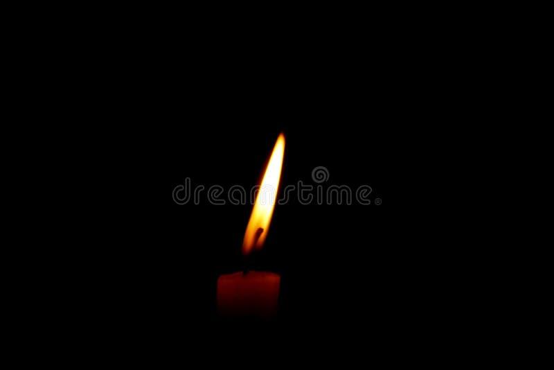 Jeden płonąca świeczka w świątyni zdjęcia royalty free
