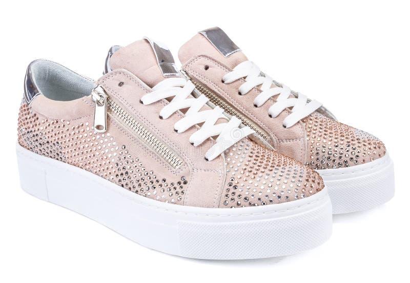 Jeden para złoci sneakers odizolowywający na białym tle obrazy stock