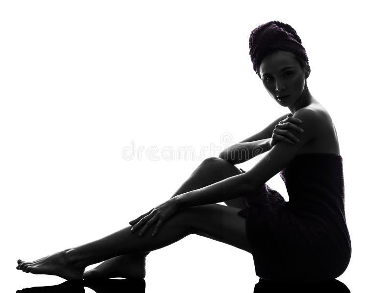 Piękny azjatykci portret zawijający młoda kobieta ręcznik przygląda się zamkniętego s zdjęcia royalty free