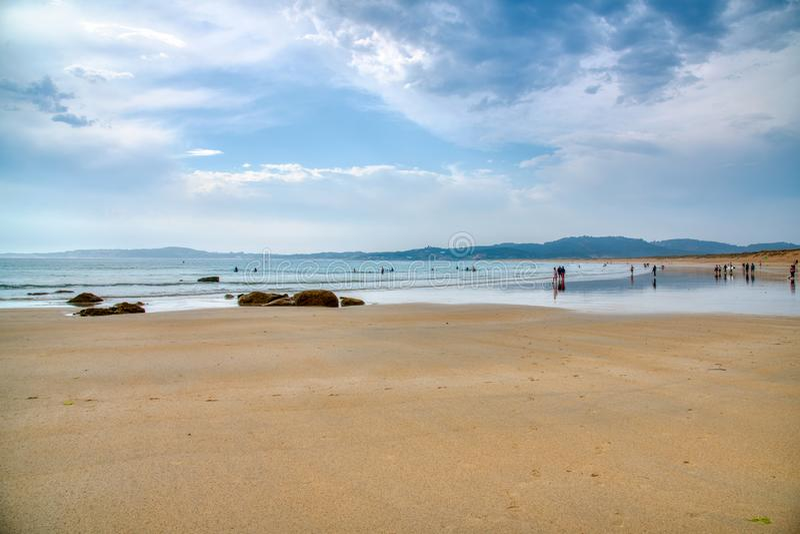 Jeden piękne plaże Gdy słońce ustawia zmierzch jarzy się na, macha ar, i horyzoncie wiatrze morze tutaj jest spokojny fotografia royalty free