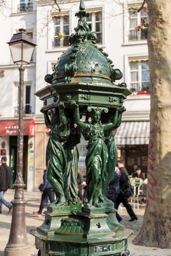 Jeden pije antykwarskie Wallace fontanny z kobiety grupy rzeźbą dalej w Paryż obrazy royalty free