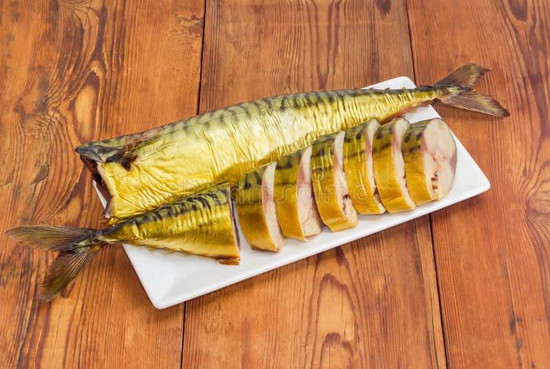 Jeden pokrajać i cała jeden uwędzona Atlantycka makrela na naczyniu zdjęcie stock