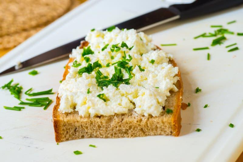 Jeden pokrojony chleb z curd serem z szczypiorkiem fotografia royalty free