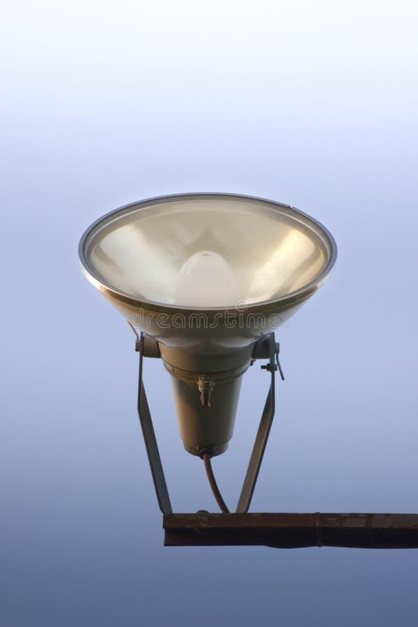 Jeden projektory światło przeciw nieba tłu fotografia stock