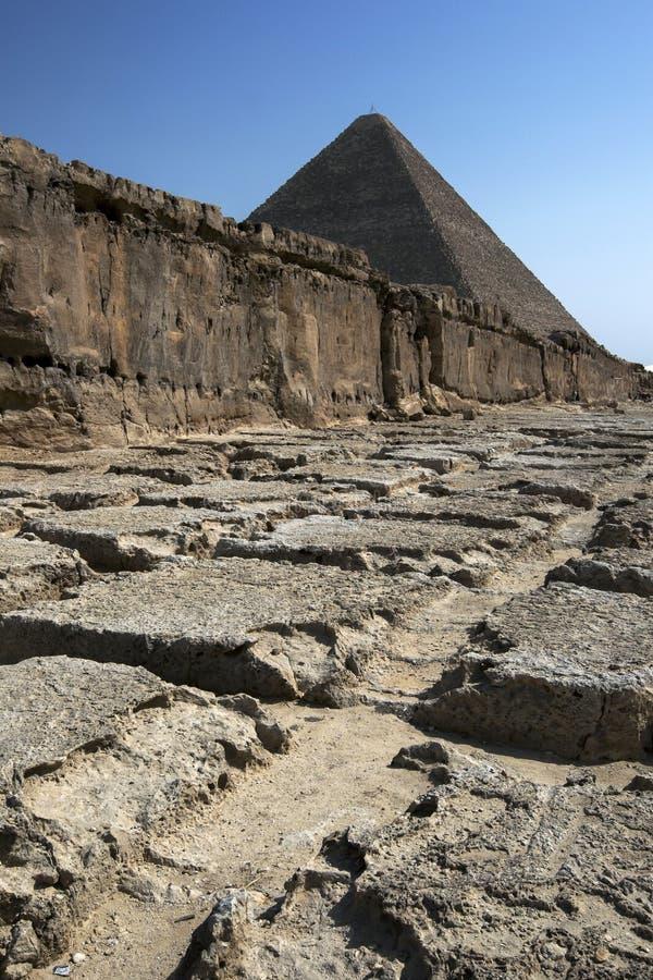 Jeden rockowi łupy przy ostrosłupami Giza w Kair w Egipt zdjęcie royalty free