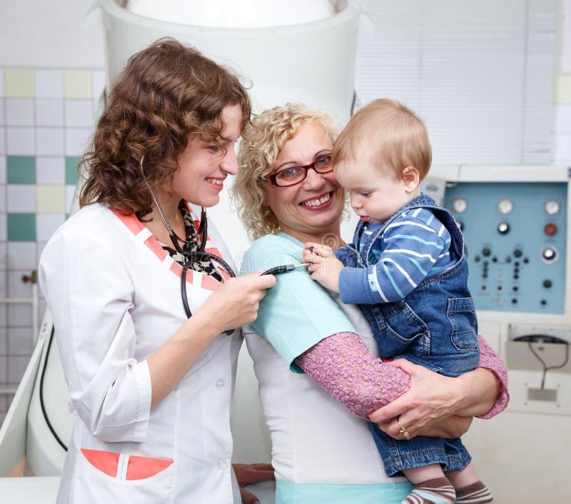Jeden roczniaka dziecko bawić się z doctor's stetoskopem obrazy stock