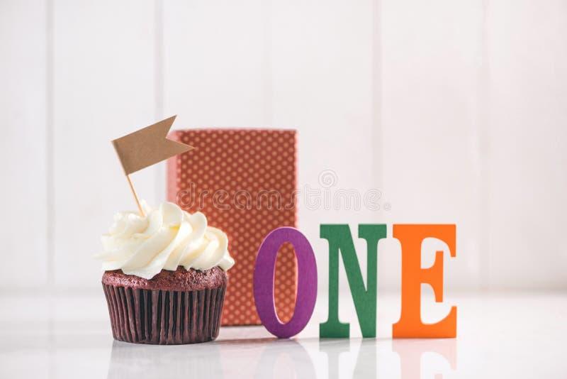 Jeden roku urodziny Wyśmienicie kreatywnie babeczka i dekoracyjny ite zdjęcie stock