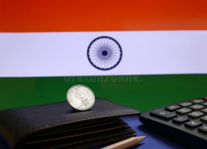Jeden rupii moneta India na czarnym portflu, ołówek i kalkulator z indianinem, zaznaczamy tło obrazy royalty free