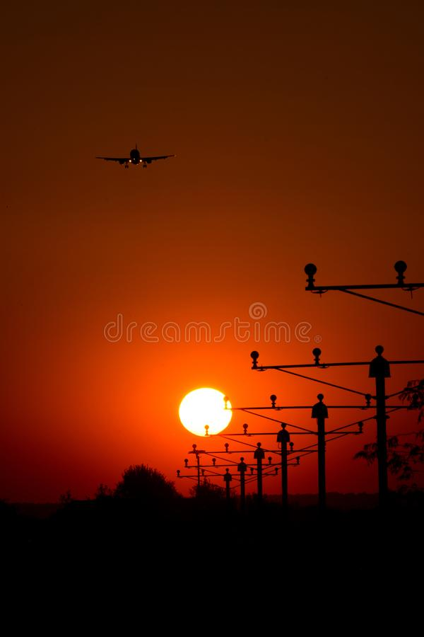 Jeden samolot sylwetka w słońcu, definitywny podejście na pasie startowym obrazy stock