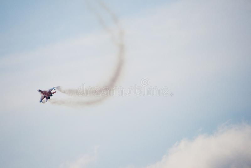 Jeden samolot wojskowy pokazuje grupy aerobatics fotografia stock