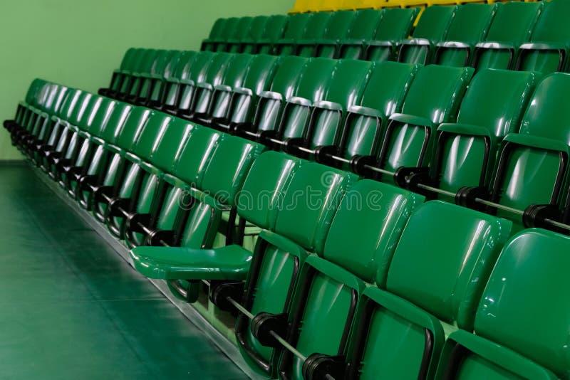 Jeden siedzenie pomija dla widza Audytorium z rzędami nastroszeni zieleni siedzenia Klingerytów krzesła dla widzów w gym obrazy royalty free