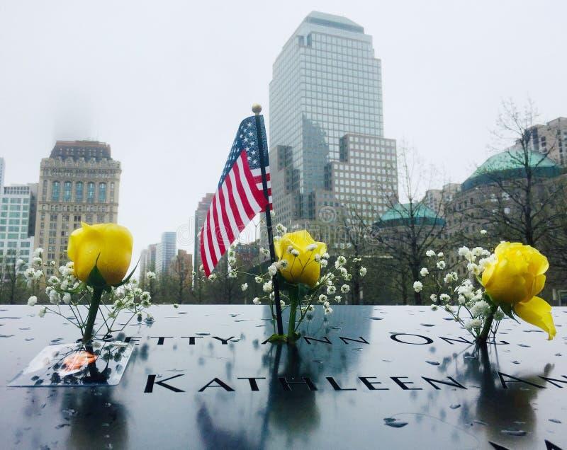 Jeden siklawy przy 9/11 pamiątkowego placem ustawiającym wśród odcisków stopych oryginalne bliźniacze wieże obrazy royalty free