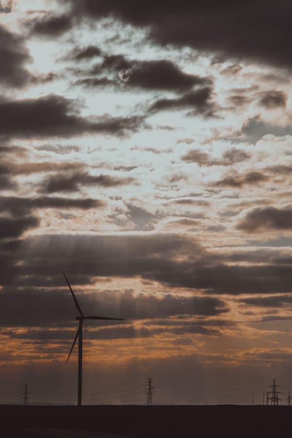 Jeden silnik wiatrowy na rolniczej ziemi z chmurnym niebem w tle obrazy stock