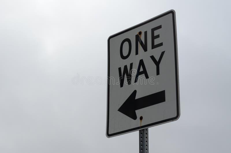 Jeden sposobu znak pod chmurnym niebem obrazy stock