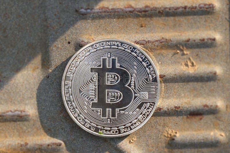 Jeden srebny bitcoin po środku żelazo deski obrazy royalty free