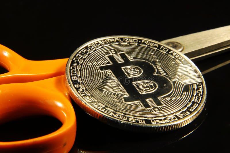 Jeden srebny bitcoin po środku obrazka z metali nożycami obrazy stock