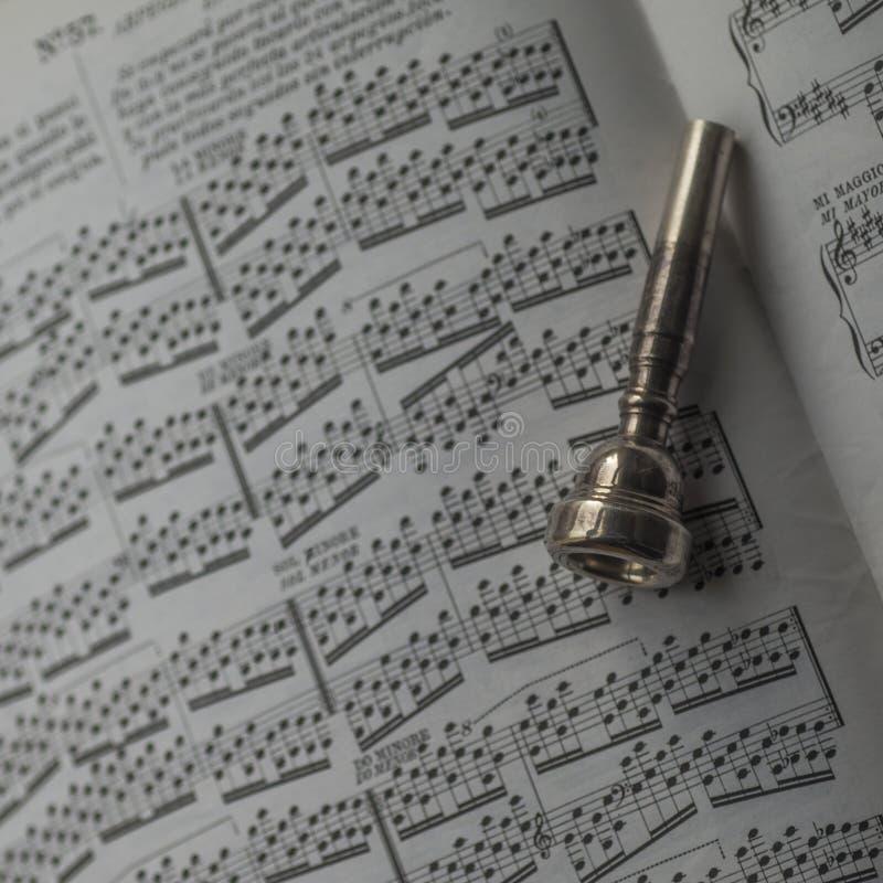 Jeden stara srebro trąbki cygarniczka na szkotowej muzycznej książce zdjęcie stock