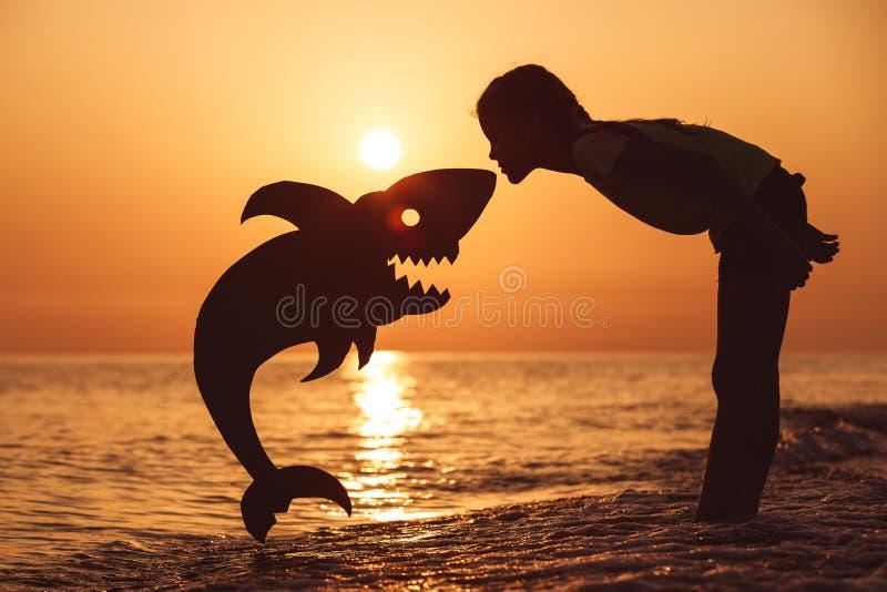Jeden szczęśliwa mała dziewczynka bawić się na plaży przy zmierzchu czasem zdjęcia royalty free