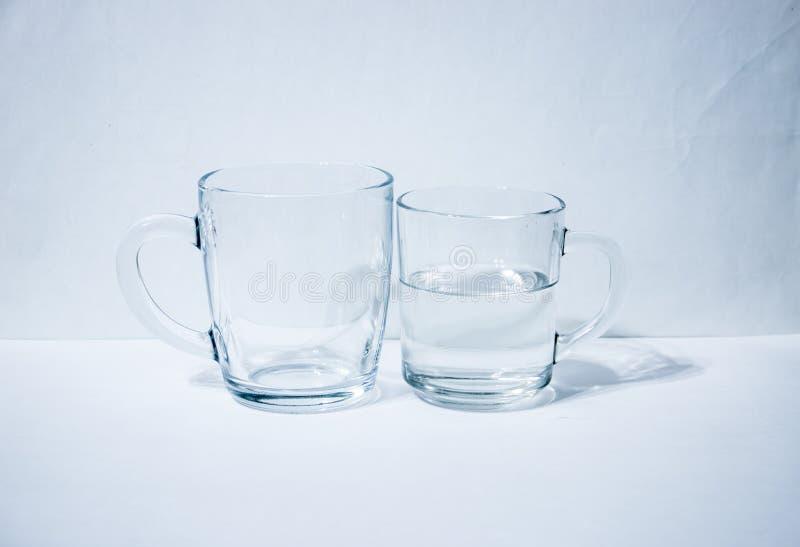 Jeden szkła pusty drugi z wodą zdjęcia royalty free