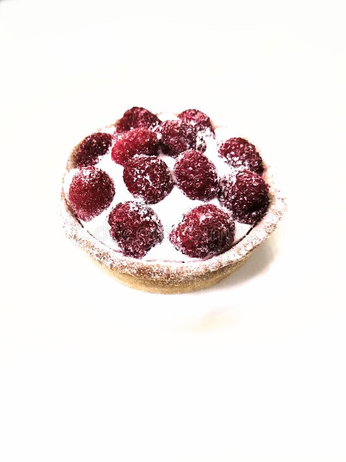 Jeden tartlet malinowy tort z śmietanką na białym talerzu na białym talerzu fotografia royalty free