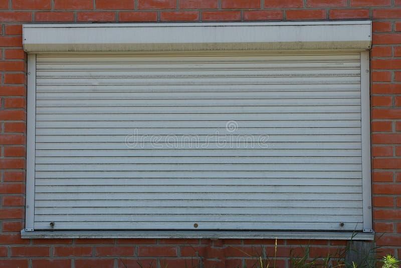 Jeden wielki okno zamknięty z białymi rolkami zdjęcie royalty free