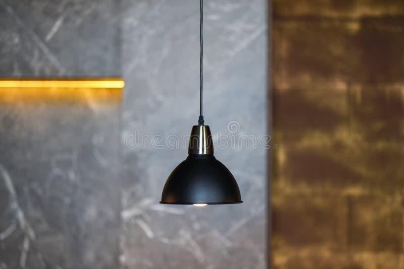 Jeden wisząca lampa wiesza w pokoju z szarymi ścianami fotografia stock