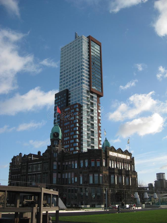 Jeden wysocy szklani budynki blisko centrali stacji przy Rotterdam holandie zdjęcia stock