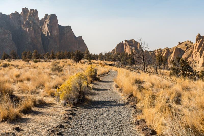Jeden ze szlaków turystycznych przez Park stanowy Smith Rock, Terrebonne obraz stock