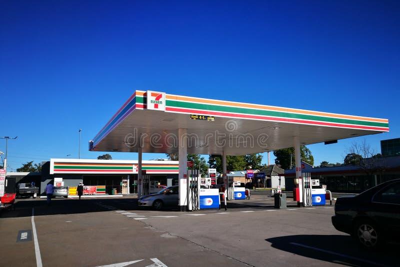 7 jedenaście stacja benzynowa z Mobil paliwową pompą przy miastem Penrith w obszarze wielkomiejskim Wielki Zachodni Sydney obraz royalty free