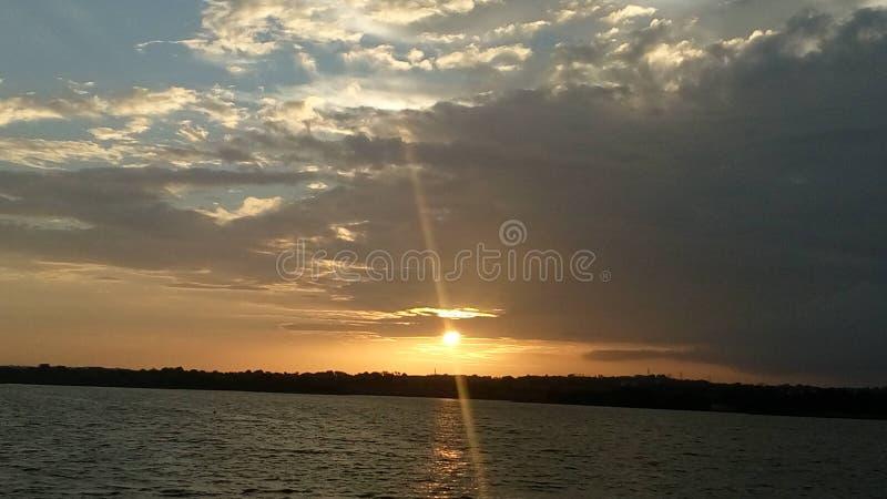 Jeder Sonnenuntergang markiert ein neues Zurückstellen!! lizenzfreies stockfoto