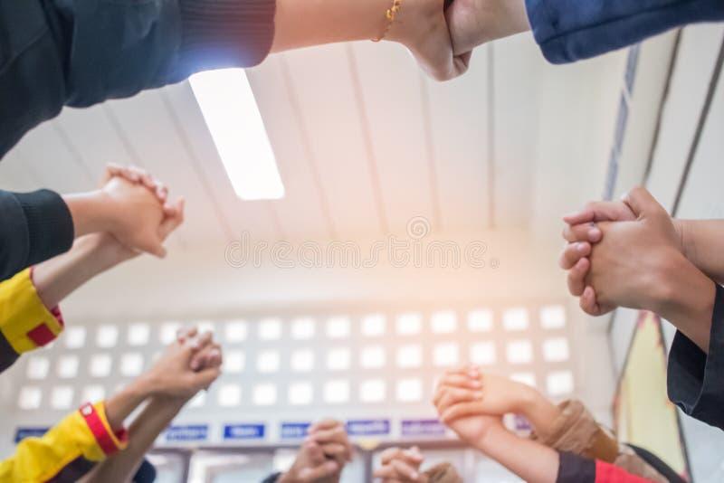 Jedność i pracy zespołowej pojęcie: Zamazujący Grupowe uczeń ręki wpólnie w sali lekcyjnej Widok Azjatyccy młodzi człowiecy stawi obrazy royalty free