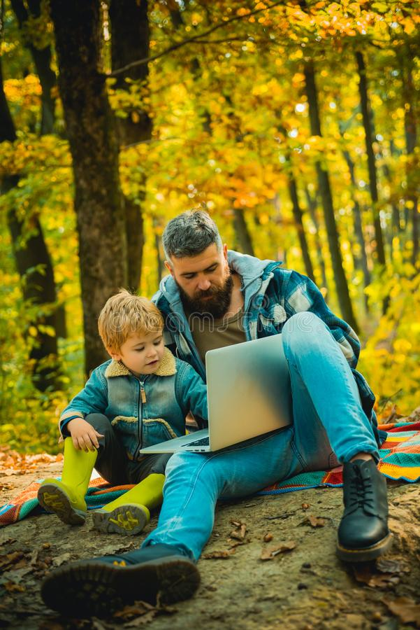 Jednocz?cy z natur? Ekologii lekcja Las szko?a i ekologii edukacja Obsługuje brodatego ojca i małego syna z laptopem obraz stock