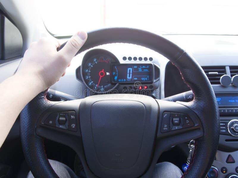 Jednoręczny samochodowy użytkownika i pojazdu wnętrze obraz royalty free