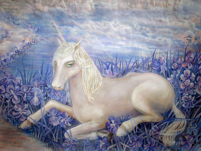 Jednorożec bielu czarodziejska marzycielska błękitna irysowa chmura zdjęcia stock