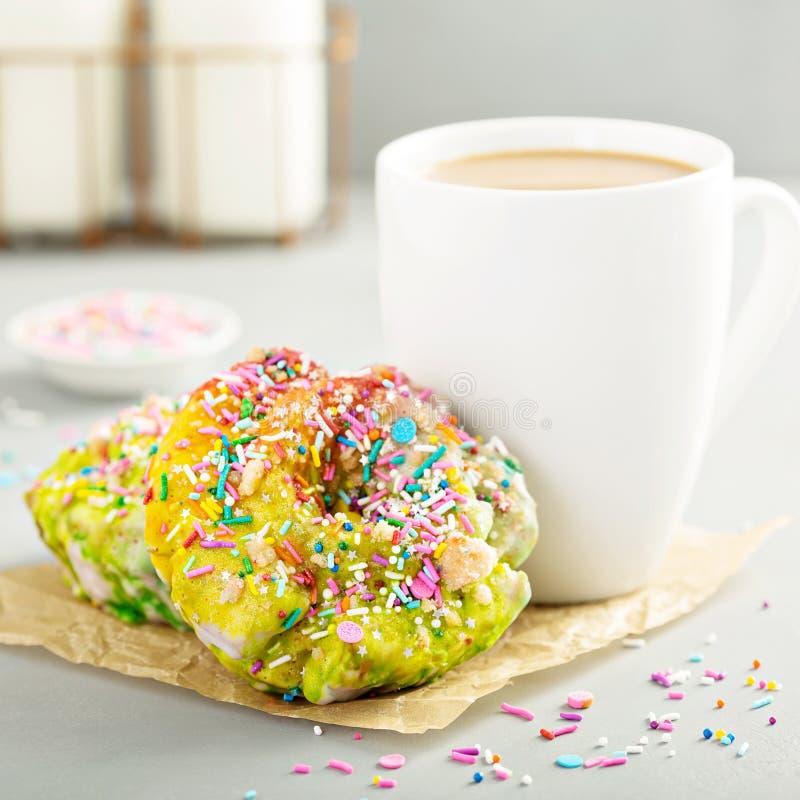 Jednorożec donuts z kawą obrazy stock