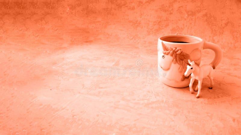 Jednorożec i nakrętka herbata w romantycznym koralowym kolorze miłość z tonowaniem zdjęcia stock
