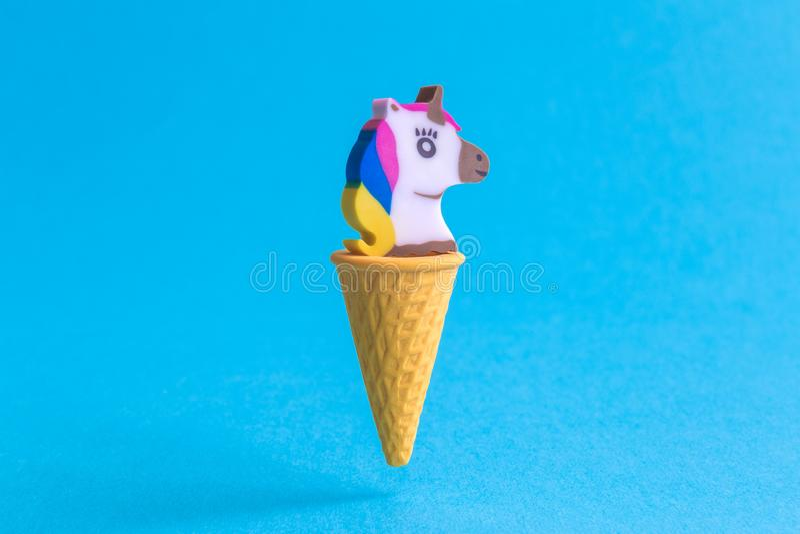 Jednorożec w lody rożka abstrakcie odizolowywającym na błękicie zdjęcie royalty free