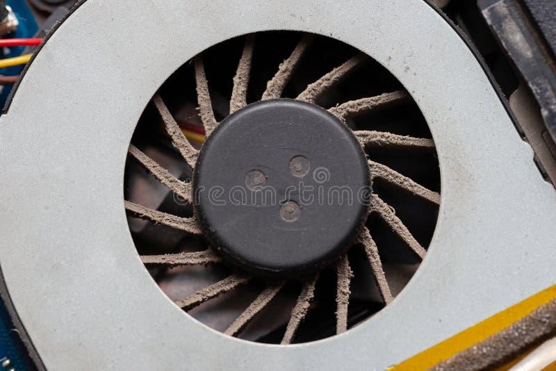 Jednostka centralna chłodno system z pyłem i siecią laptop płyty głównej pyłu czyścić elektroniki utrzymanie przy usługą obrazy royalty free