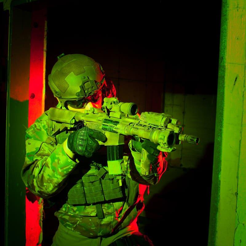 Jednostka specjalna żołnierz podczas nocy misi zdjęcie stock
